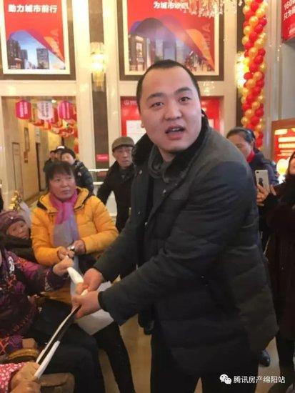 """绵阳CBD万达广场业主维权被""""反恐部队""""包围....."""