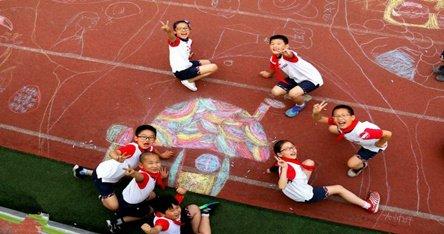 赞!绵阳这群小学生用涂鸦绘制七彩童年