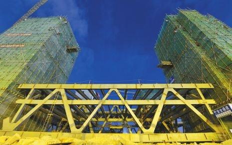 7000吨屋盖钢桁架 整体提升到位