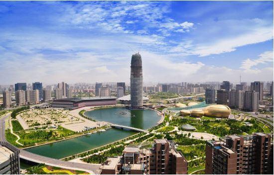 山东地区,不是济南是青岛,人口871万,海边城市,旅游城市,有自己的产业