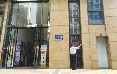 男子224万元买商铺门宽仅70厘米 开发商:没问题