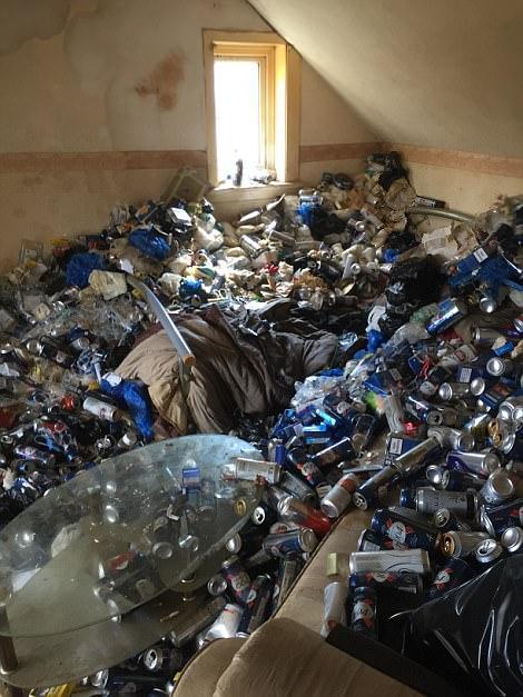 英国男子租房12年不打扫 房东花4天时间清理垃圾