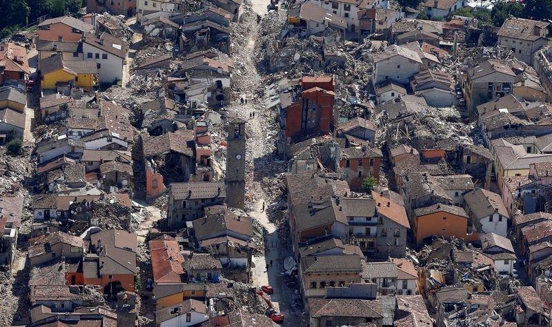 地震致建筑坍塌满目疮痍