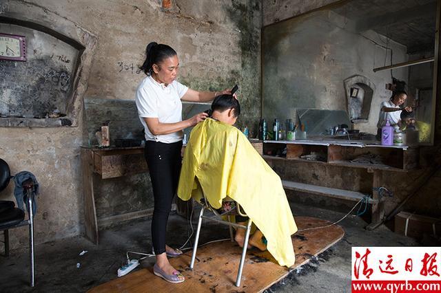 9月23日,城西村一间老式理发店里,老板娘一边用收音机放着七八十年代轰别墅趴通州图片