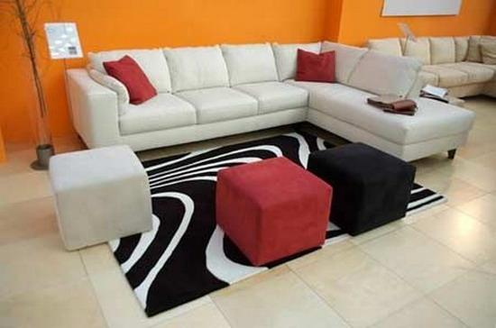 客厅沙发摆放风水:1、沙发须摆放在住宅的吉方:沙发因为是一家大小的日常坐卧所在,可说是家庭的焦点,若是摆放在吉利方位,则一家老少皆可沾染这方位的旺气,阖家安康。但若是错摆在不吉方位,则一家老少均会蒙受其害,家口不宁。