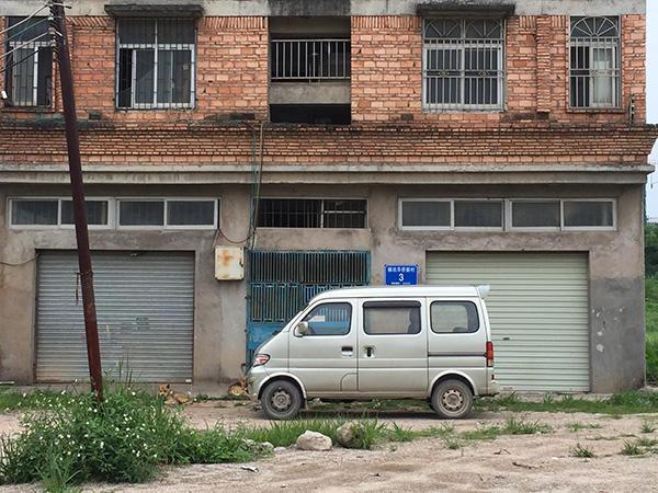 深圳最牛钉子户一家挤在小房里 到处看房