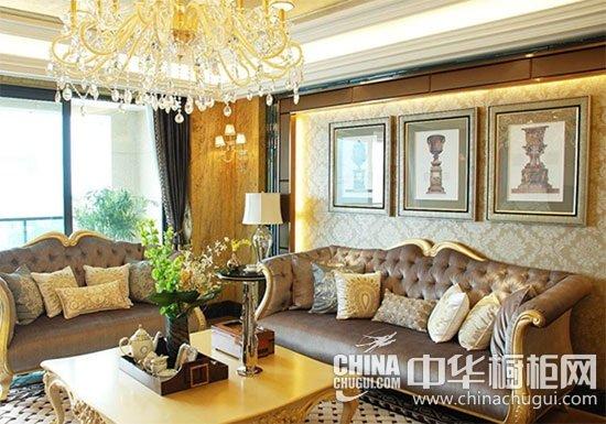 明黄色颜色清新明媚,这种以明黄色为主的新古典家居装饰的偏厅,作为休息场所既舒适又不失古典韵味。其沙发茶几搭配与背景墙灯光相互呼应;白色的水晶吊灯与金色的灯体使上下空间的颜色搭配形成衔接;沙发软垫的浅褐色与明黄色相称,暗色与明黄色彩轻重相互制衡而和谐统一,清新明丽而又不失典雅高贵。