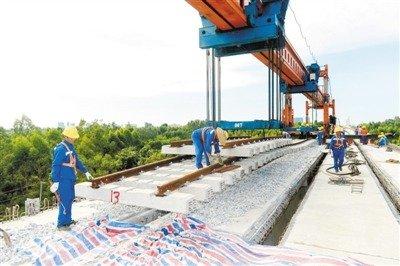 茂湛铁路(高铁)延伸段黄湛线顶酷暑架梁铺轨