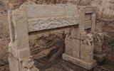 城中村改造挖出200年前清代宝贝 村民冒雨围观掘宝