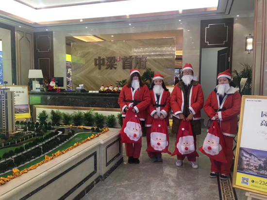 湖州街头惊现圣诞老人 中梁·首府苹果全城暖心送