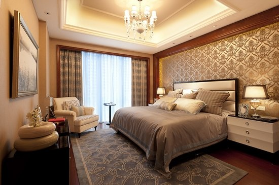 客卧 漫走样板房,很容易被这里营造的尊贵气息动容。生活区由三个卧室与一个书房组成,朝南的超大主卧内设豪华卫生间和超大衣帽间,还配备了浴缸和更衣室,奢华品味立现眼前,此外北卧与书房也均带独立卫生间。 如此精工打造的户型,软装自然也选用了时尚奢华的新古典风格,它同时具备了古典与现代的双重审美效果,以金色、黄色、暗红色等传统欧式风格为基调,并使用少量白色糅合,突出了色彩的多元化和可伸缩性,成为了新古典主义后工业时代个性化的独到之处。
