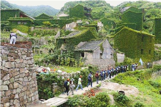 三面环山,一面临海的后头湾村,便处在嵊山岛的东北角.