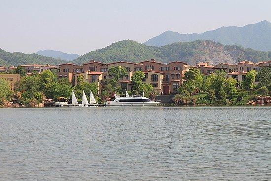 闲湖城月亮湾 280㎡湖景城市排屋样板区将开放