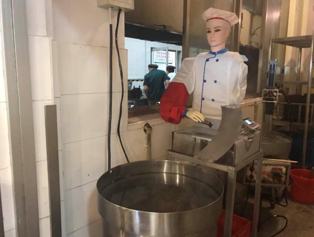 苏州大学食堂启用刀削面机器人 削的面更筋道