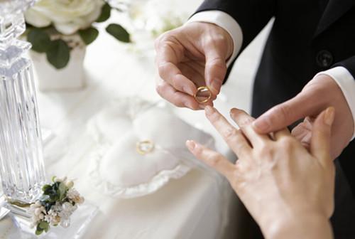 明年办婚礼开始抢日子