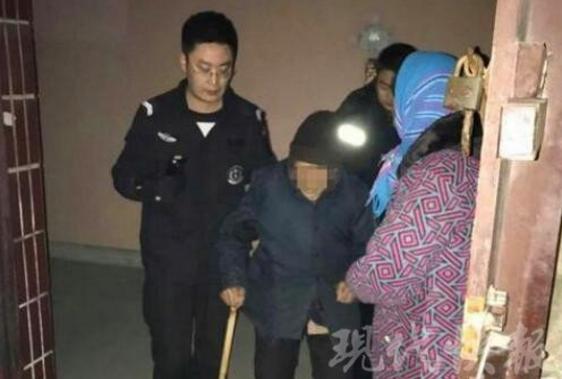98岁老太长期独居厌世 深夜穿寿衣拿白布条站树边