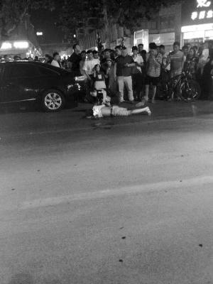 江苏徐州一男孩遇车祸昏迷 陌生姑娘跪地救护