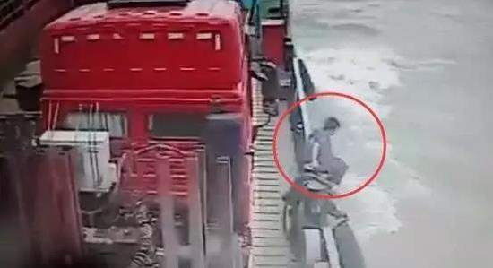 泰州一女子乘渡轮时跳江自杀 疑有抑郁症病史