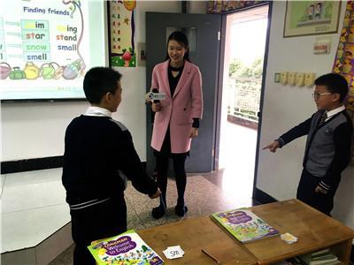 """90后美女老师PK南京小学生""""飚英语"""" 到底谁更厉害"""