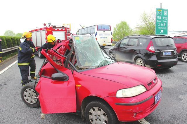 绕城高速轿车遭大巴车追尾 三男一女当场死亡