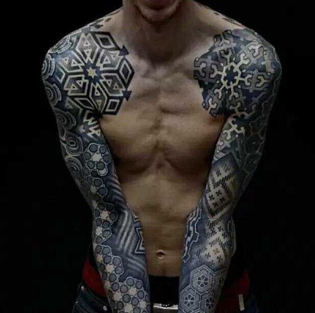 几天前小葛心血来潮想纹个花臂,和纹身馆吴老板以4500元的价格谈定后