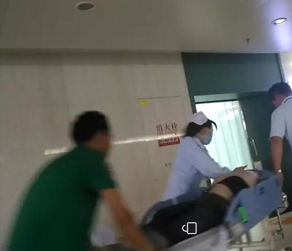 扬州一男子挂水途中突然晕倒 目前仍未恢复意识