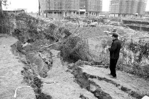 常州一在建工地基坑发生坍塌 距离居民楼仅6米
