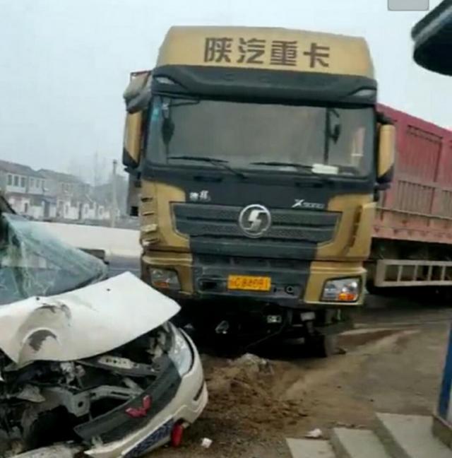 徐州道路口发生惨烈车祸 面包车司机不治身亡