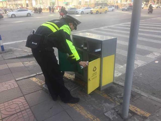 南京一垃圾桶频频失火 交警携带灭火器巡查