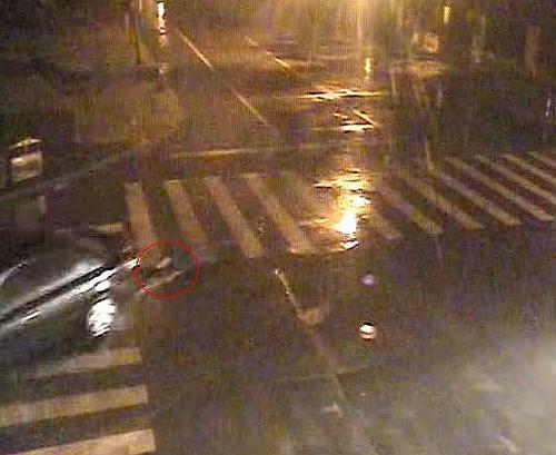 小轿车底盘 7月29日凌晨,太仓一男子酒后躺倒在马路上,结果被高清图片