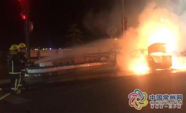 常州女司机驾车开小差 车子失控撞路边后自燃
