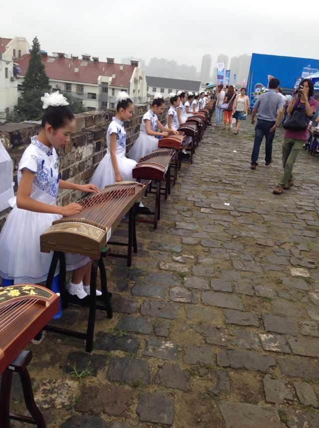 参加古筝表演茉莉花的孩子们