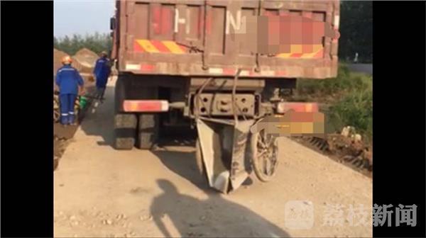 淮安一货车倒车撞到斗车 一男子受挤压身亡