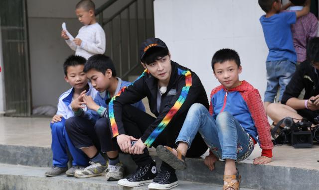 罗志祥张艺兴陪伴留守儿童 实际行动播撒希望