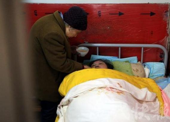 83岁老母亲照顾女儿50年 独自撑起一个家