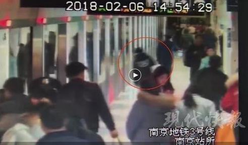 南京一22岁女孩着急赶地铁 一头撞上安全门晕倒