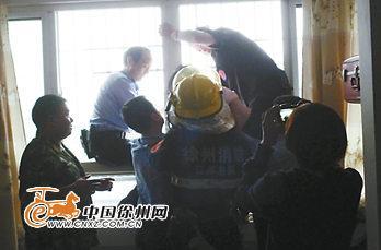 女子赤身站于9楼防盗网 消防员民警联合营救
