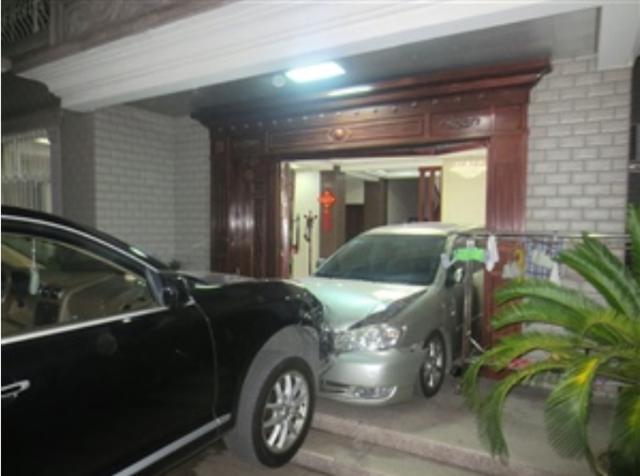 女司机闯祸 驾驶越野车破门、顶车、入厅、撞墙
