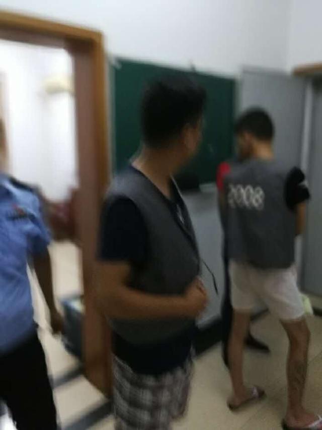 镇江一司机违法停车被罚心生不满 发帖公然辱警