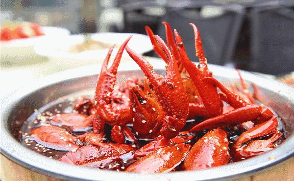 9.9元能在南京吃两斤龙虾 还有免费啤酒和王老吉