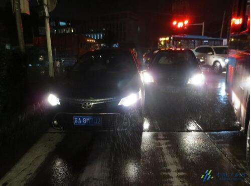 南京鼓楼区高峰期 两轿车碰撞造成交通严重堵塞