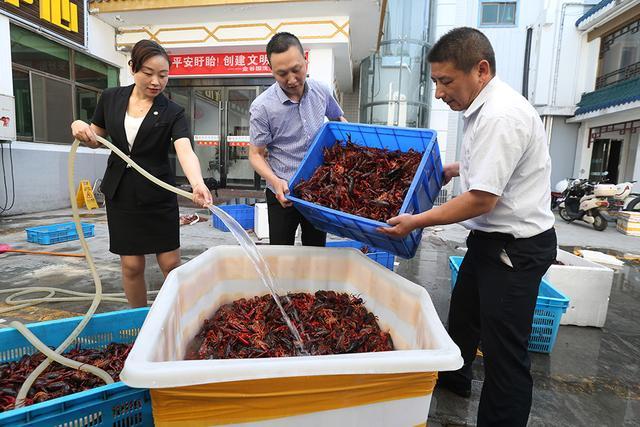盱眙龙虾节开幕 店家每天烧千斤龙虾