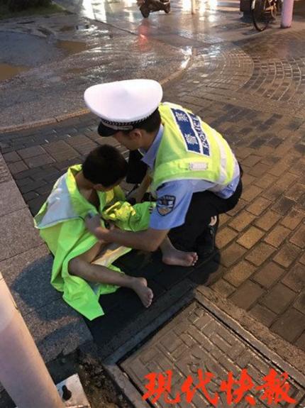 男童冒雨在车流中裸奔 交警叫停车辆将其抱离