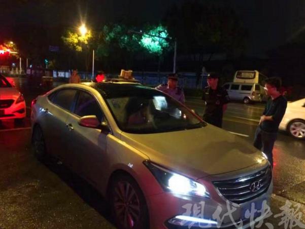 南京酒驾男车内睡着 被交警叫醒脚踩油门连撞两车