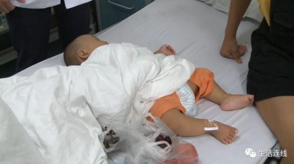 妈妈一转身 7个月男婴将塑料膜吸进气管无法呼吸