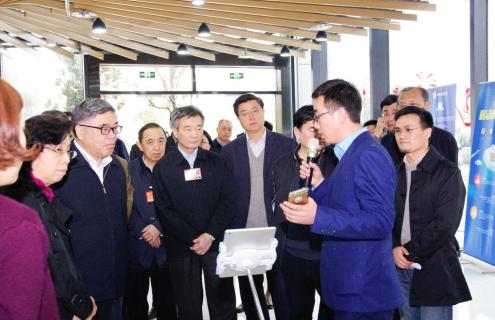 全国政协副主席罗富和莅临腾讯众创空间(南京)参观