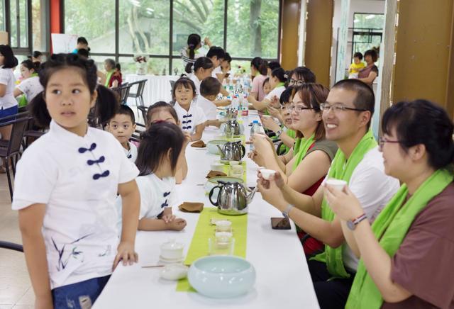 无锡梅村街道以茶道促和谐 举办亲子茶艺活动