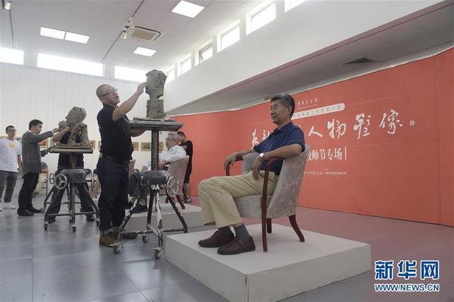 中国美术馆为教师代表塑像