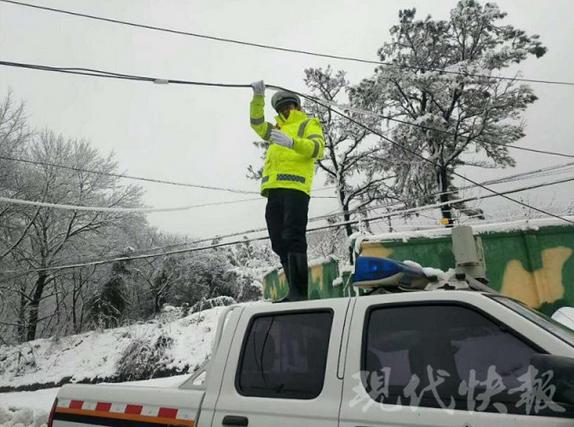 镇江一处电缆线被刮落 寒风中他这样举了30分钟
