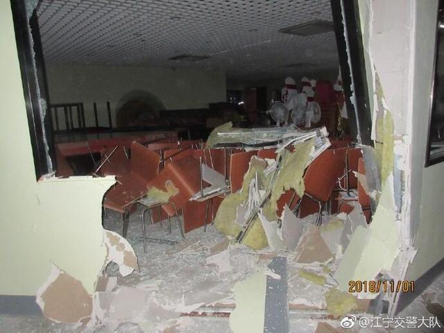 南京男子油门当刹车惹祸 仓库墙壁被撞出大洞